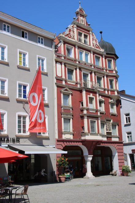 Hübsche bunte Häuserfassaden im Stadtzentrum von Rosenheim