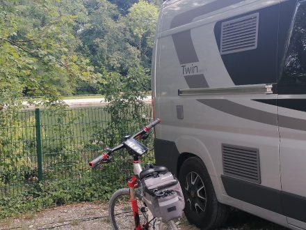 Einige Stellplätze des Camping Thalkirchen grenzen direkt an die Isar