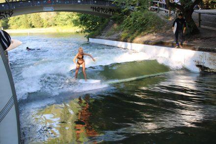 Surfen mitten in der bayerischen Hauptstadt an der Isar-Welle in Thalkirchen