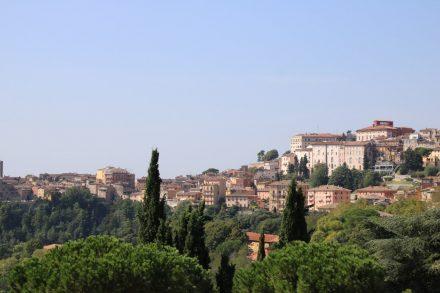 Ein Blick über das am Hügel liegende Perugia in Umbrien