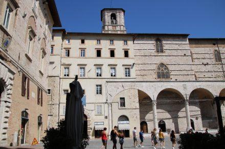 Zwischen der Via die Priori und dem Piazza 4. November liegt die Kirche di San Filippo Neri
