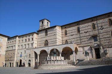 Die Nordseite des eleganten Piazza IV Novembre in Perugia