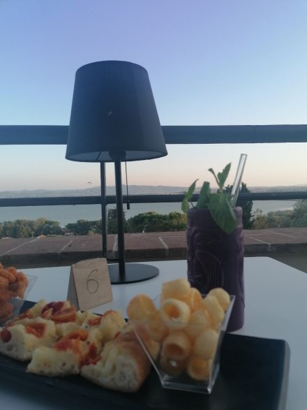Tagesausklang in der Bar von Castiglione mit Blick über den See
