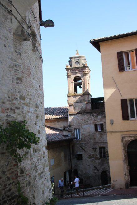 Enge Gässchen, alte Gebäude und malerische Kirchtürme im Herzen von Perugia