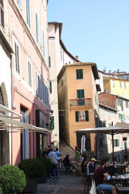 Das schmale, keilförmige Haus ist der Eyecatcher am Platz Matteotti