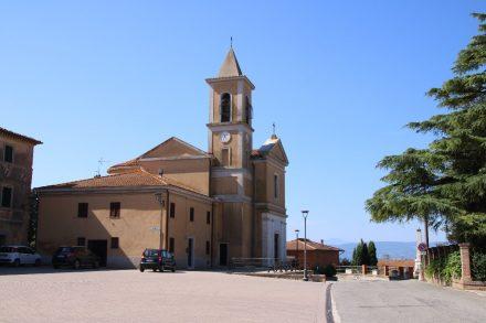 Der Kirchplatz im kleinen Ort Vaiano mit Blick auf den Lago di Chiusi