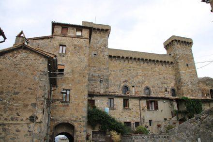 Gut erhalten und imposant thront die Rocca Monaldeschi della Cervara über Bolsena