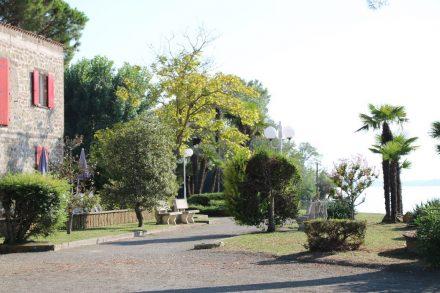Der Campingplatz Lido Camping Village mit seiner parkähnlichen Uferanlage