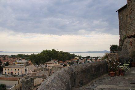 Blick von den Festungsmauern über Bolsena und den See