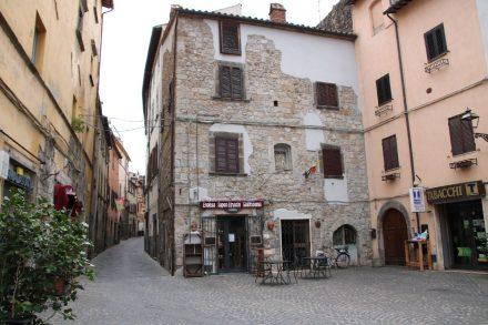 Der Marktplatz von Bolsena am Rande der Altstadtgassen