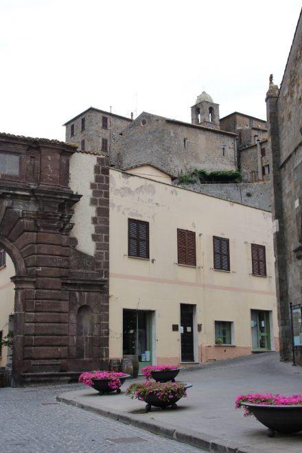 Direkt hinter einem Stadttor beginnt die wunderschöne Altstadt von Bolsena