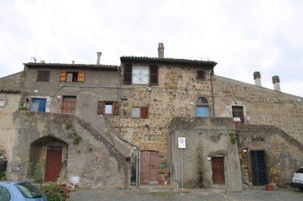 So rund 1300 Jahre alt sind die alten Häuser rund um die Burg von Marta