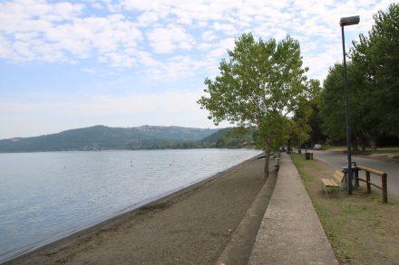 Die lange südliche Seepromenade mit Blick zurück nach Bolsena