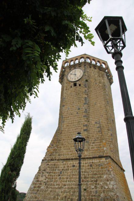 Der Uhrenturm ist das prägnanteste Bauwerk von Marta