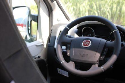 Das bewährte Fiat Ducato Cockpit mit Multifunktionslenkrad.