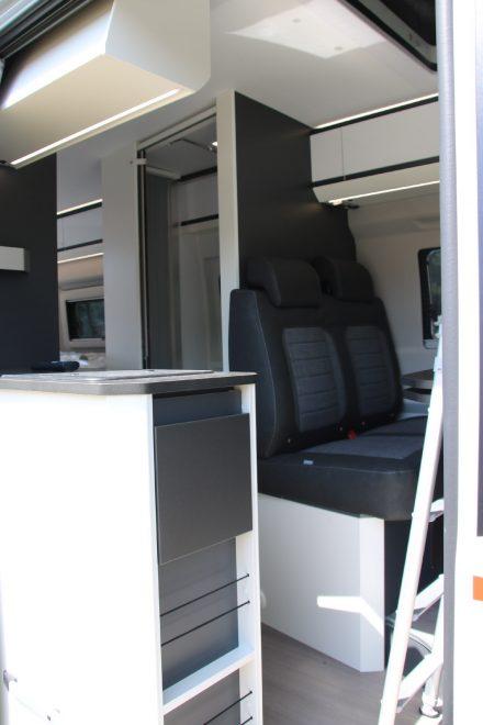 Breite Luft- und Einstiegsöffnung mit zusätzlichen Staufächern und einer ausklappbaren Arbeitsplatte.