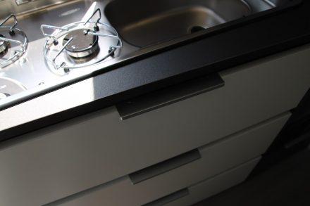 Drei breite Schubladen unter dem Küchenblock sind mit soft-close Mechanismus und einer Selbstverriegelung ausgestattet.