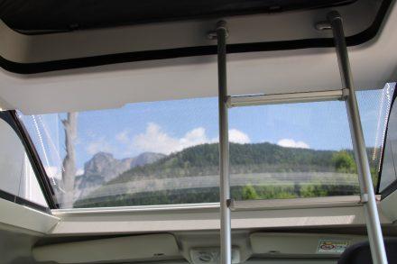 Das großzügige Panoramafenster über dem Fahrerhaus lässt viel Licht in die Kabine.