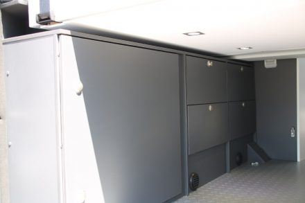 Eine große Tür ermöglicht einfachen Zugang zu den beiden 11 kg Gasfläschen, daneben finden zwei zusätzliche Schubladen und zwei Klappfächer Platz.