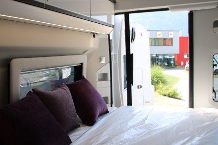 Über dem Bett bieten Hochschränke auf beiden Seiten Staufläche.