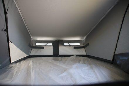 Das Hochdach bietet eine zusätzliche Schlaffläche von 120 x 200 cm.