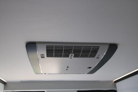 Die Truma Klimaanlage ist über dem Bett im Heck untergebracht.