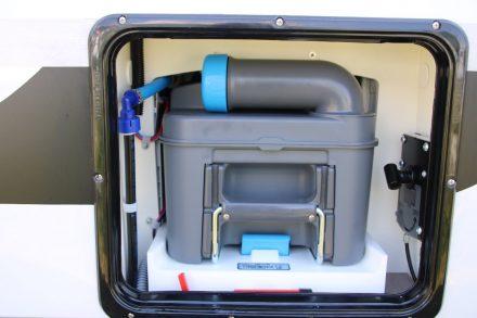 Die WC-Kassette ist praktisch von außen zu entnehmen, daneben ist die Entriegelung für die Abwasserentleerung angebracht.