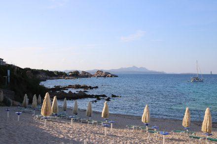 Der Strand von Baia Sardinia im goldenen Abendlicht