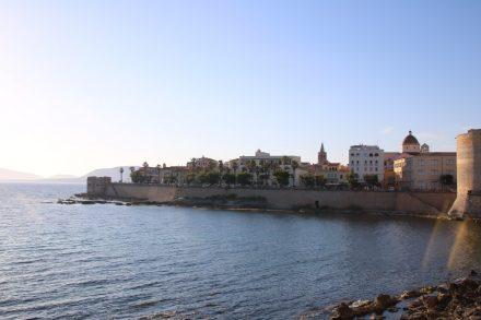 Malerisch zeigt sich die Altstadt von Alghero, einst ein wichtiger Hafen auf Sardinien