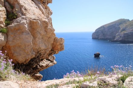 Weiße und rosarote Felsen an der schroffen Küste des geschützten Capo Caccia auf Sardinien