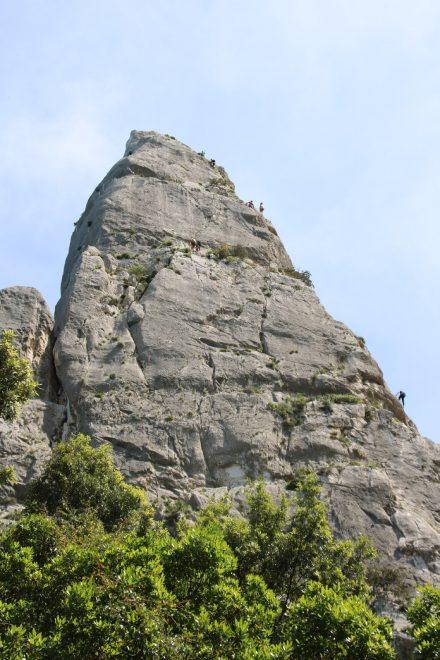 Am Rande der Bucht steht dieser Obelisk, den viele Kletterer erklimmen