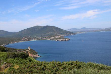 Vom Capo Caccia aus kann man über die Buchten bis nach Alghero blicken