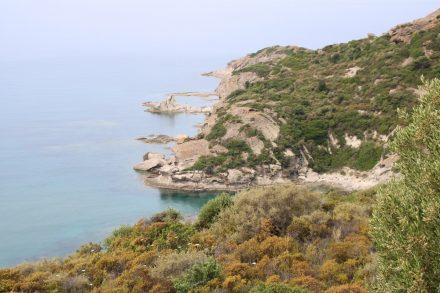 Die schroffe Küstenlinien an der Westküste Sardiniens erinnert an die spanische Atlantikküste