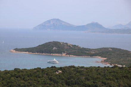 In den vielen Buchten entlang der Costa Smeralda findet jede Yacht einen Platz