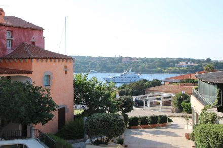 Buntes Mittelmeer-Ambiente im Zentrum von Porto Cervo