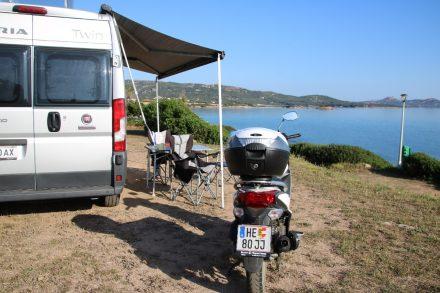 Terrassenplatz mit Blick aufs Meer im Camping Isuledda