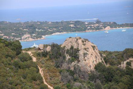 Das türkisfarbene Meer gab der Costa Smeralda auf Sardinien seinen Namen