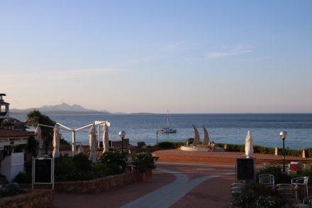 Abendstimmung auf der Piazza von Baia Sardinia an der Costa Smeralda