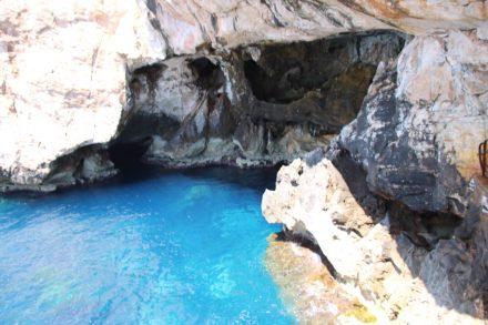 Der Eingang zur Grotte di Nettuno auf Sardinien ist ziemlich versteckt