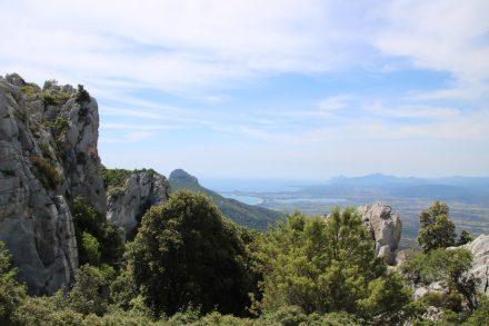 Blick zurück auf die Ostküste Sardiniens in den Bergen von Golgo