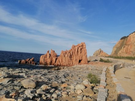 Rote und weiße Felsen entlang des Promenadewegs am Hafen von Arbatax