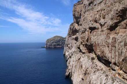 Vom Parkplatz am Capo Caccia aus führt ein Fußweg unter den Felsen und über 650 Treppen hin zur Grotte di Nettuno