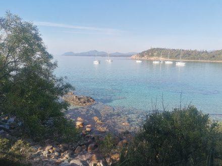 Glasklar ist das Meer an der Bucht von Arbatax