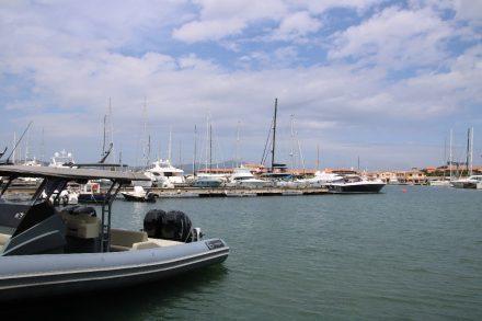 Vom Marina Cafe in Porto Rotondo kann man Schiffe aller Größen beobachten