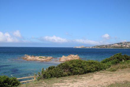 In vielfältigen Blautönen schillert das Meer an der Baia Sardinien
