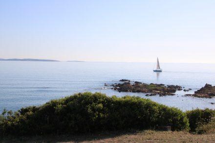 Ein einsames Segelboot zieht an unserem Stellplatz am Camping Isuledda vorbei