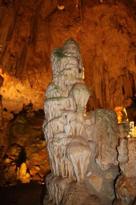 Mächtig hat sich der frei stehende Stalagmit über hunderttausende von Jahren aufgebaut