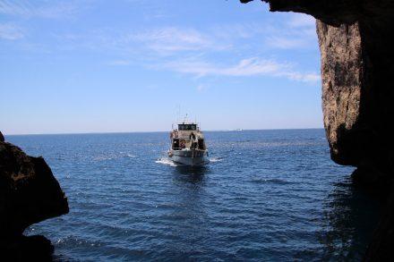 Bei ruhiger See kann die Grotte di Nettuno auch mit dem Boot angefahren werden