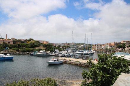 Der kleine Hafen vom Fischerdorf Stintino