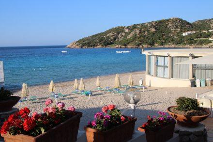 Der kleine, sehr gepflegte Strand von Baia Sardinia